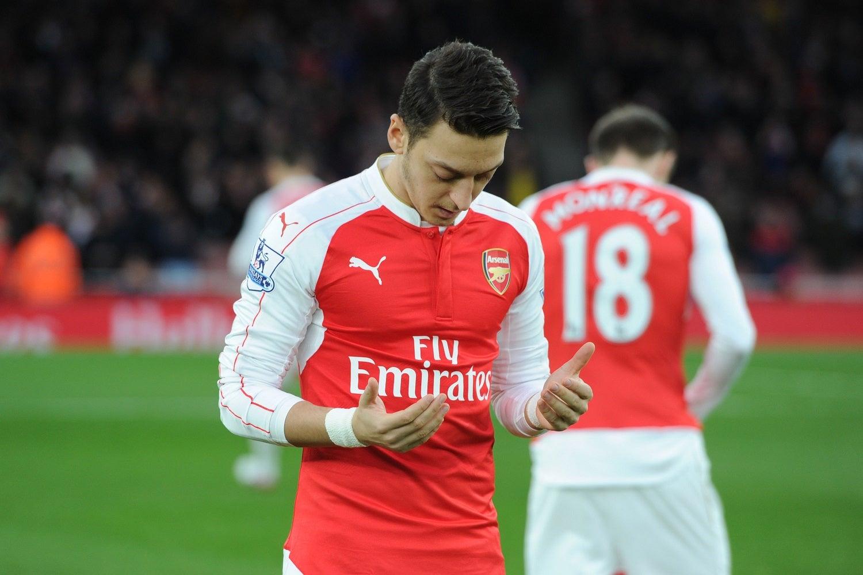 Месут Озил молится, Арсенал
