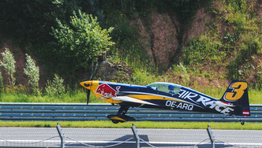 Как «Красные быки» летают над Казанью. Фоторепортаж c тренировки пилотов «Red Bull Air Race»
