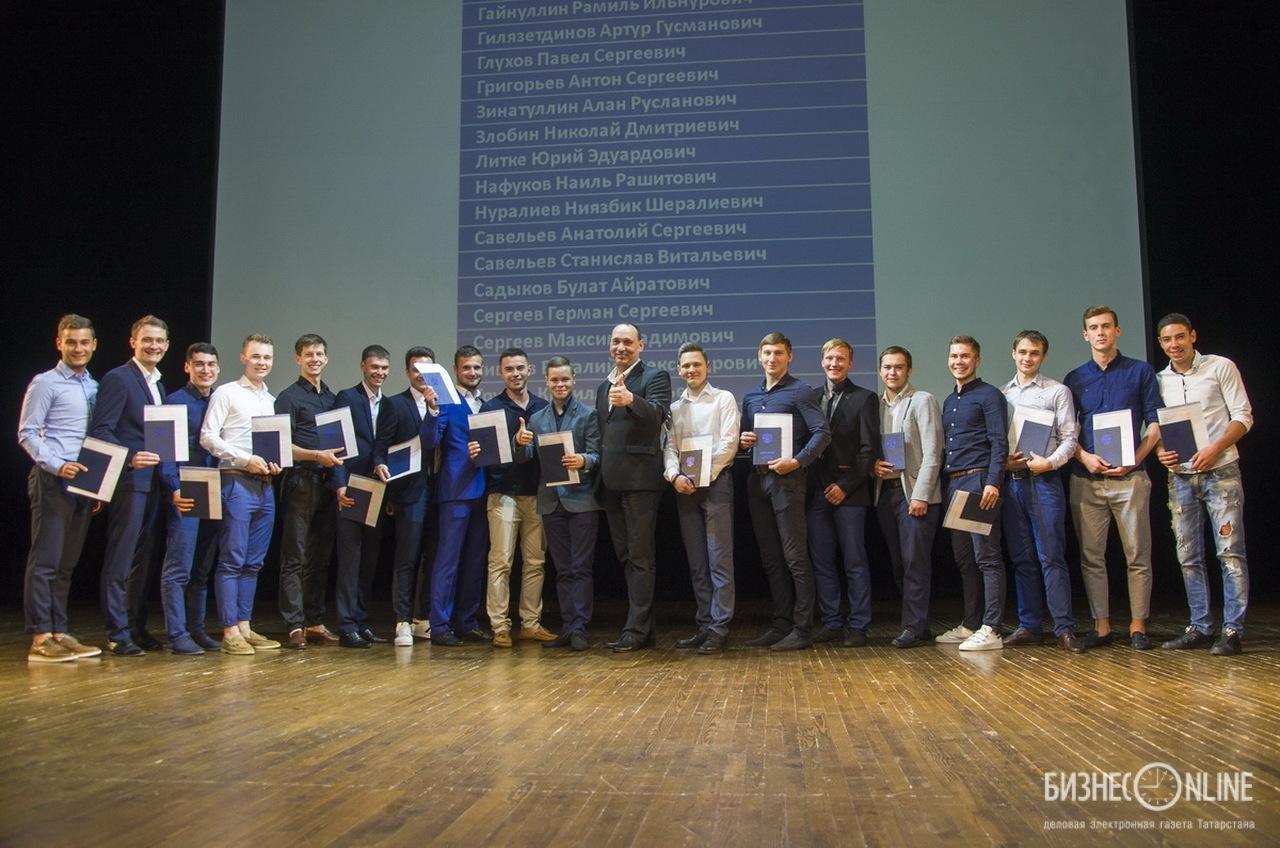 Коновалов (в центре) с футболистами